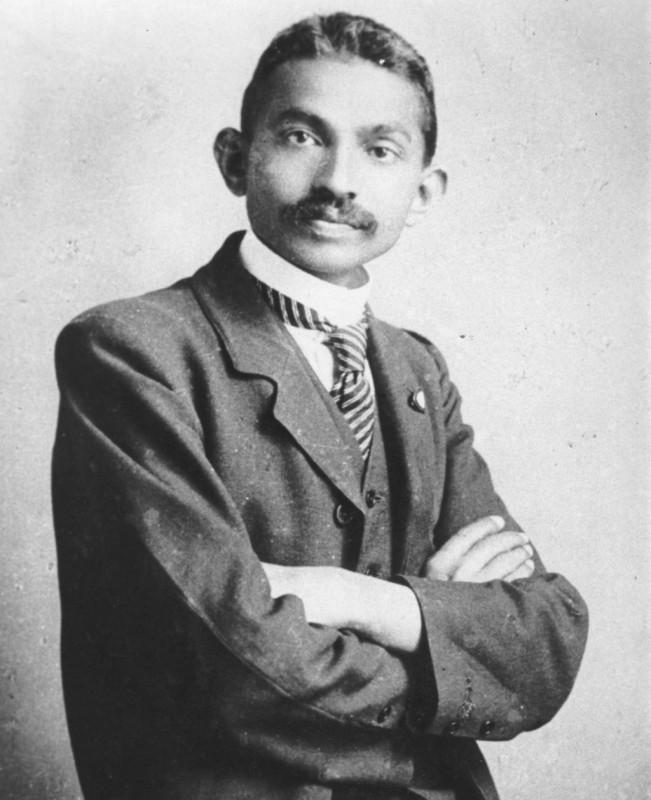 Mahatma Gandhi provenea dintr-o familie bogată şi,   după ce a terminat primele clase în India,   a studiat dreptul în Londra. Apoi,   în 1893 a plecat în Africa,   acolo unde a luptat paşnic pentru drepturile imigranţilor indieni.