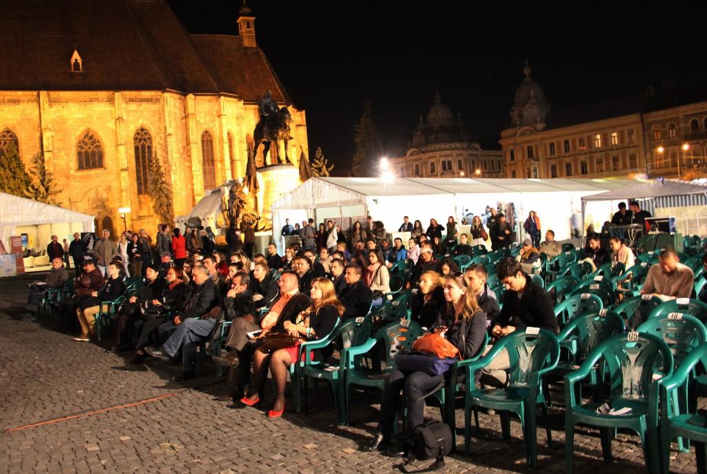 """Lansarea cărții """"Cu cărțile pe față"""",   Piața Unirii / Foto: Dan Bodea"""