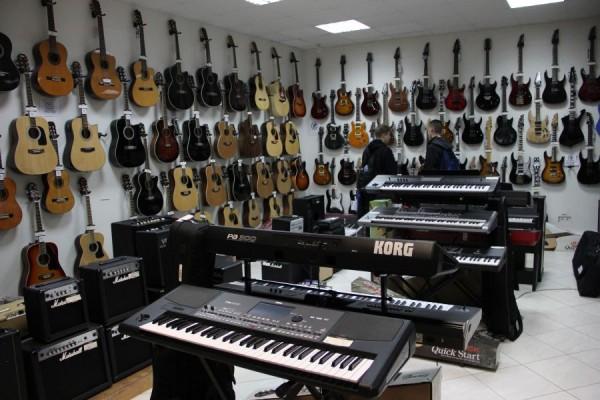 Magazinul M&C Musical Instruments Distributor de pe strada Bariţiu/Foto: Dan Bodea