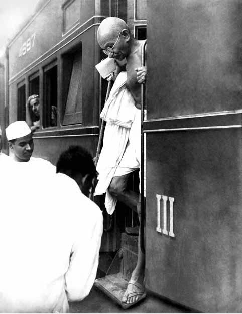 """Gandhi nu a primit niciodată Premiul Nobel pentru pace,   deşi a fost nominalizat de câteva ori între 1937 şi 1948. Zeci de ani mai târziu,   Comitetul Nobel şi-a declarat public regretul pentru omisiune. Mahatma Gandhi a fost pe cale să primească Premiul Nobel în 1948,   dar asasinarea sa a împiedicat acest lucru. Premiul nu a fost acordat în 1948,   anul morţii lui Gandhi,   pe motivul că """"nu exista un candidat potrivit în viaţă""""."""