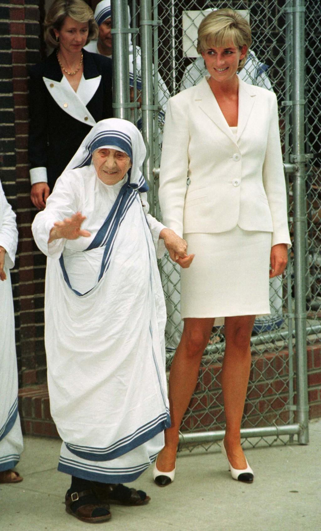 Maica Tereza o aprecia foarte mult pe Prinţesa Diana pentru munca ei de caritate şi spunea adeseori că este fiica ei.