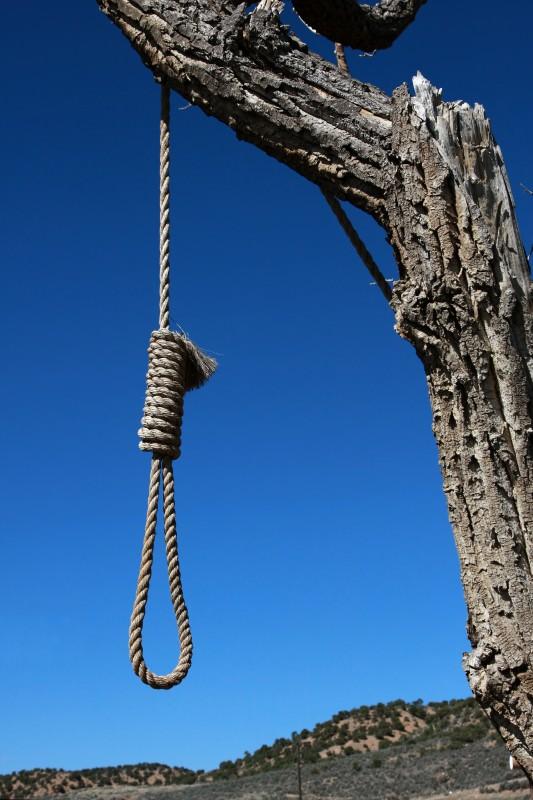 Pedeapsa cu moartea este aplicată în unele societăţi în cazul unor infracţiuni ca spionajul,   trădarea,   crima,   iar în altele şi pentru acte de viol,   incest sau adulter.
