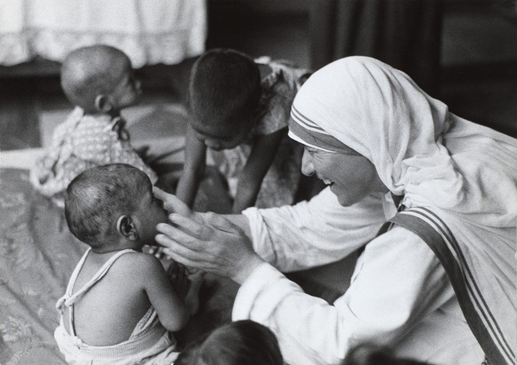 """Maica Tereza a fost numită """"Îngerul din Calcutta"""",   fiind cunoscută şi apreciată în toată lumea. Ea însăşi se descria ca """"un creion în mâinile lui Dumnezeu""""."""