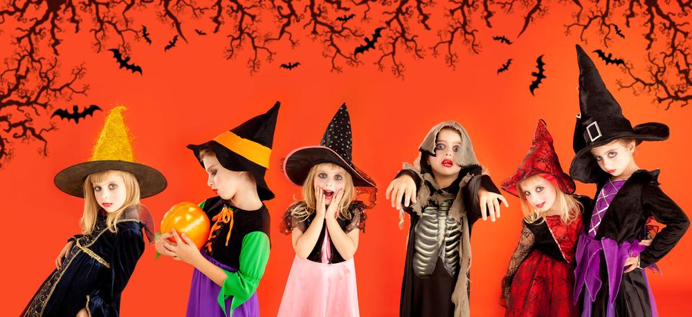 Vechii celţi credeau că graniţa dintre lumea aceasta şi cea de dincolo se slăbeşte în ziua de Samhain (31 octombrie), iar spiritele, fie bune sau rele, puteau să o traverseze. Strămoşii familiei erau cinstiţi şi invitaţi acasă, în timp ce spiritele rele erau gonite. Se crede că măştile şi costumele au apărut din nevoia de a îndepărta spiritele rele – dacă oamenii se deghizau ei înşişi în spirite rele, le puteau evita pe cele adevărate.
