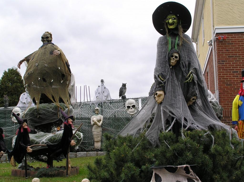 Halloween-ul este sărbătorit în foarte multe ţări de pe glob, dar este popular mai ales în America de Nord şi Canada. În fiecare an, 65% dintre americani îşi decorează casele şi birourile pentru Halloween, procent depăşit doar de decoraţiunile de Crăciun. Halloween-ul este sărbătoarea ce vinde cele mai multe bomboane şi este a doua sărbătoare după Crăciun, ca volum al vânzărilor globale – în medie, americanii cheltuiesc 6 miliarde de dolari de Halloween.