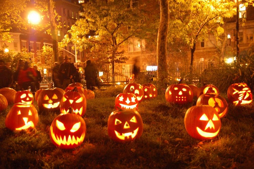 În seara de Halloween, toţi americanii sunt cuprinşi de vraja sărbătorii. La fiecare uşă se află câte un dovleac luminat, oamenii se costumează pentru a se ascunde de spiritele care bântuie pe străzi, copiii merg din casă în casă pentru a cere dulciuri; se spun poveşti înfricoşătoare, se dau petreceri costumate, se vizionează filme de groază.