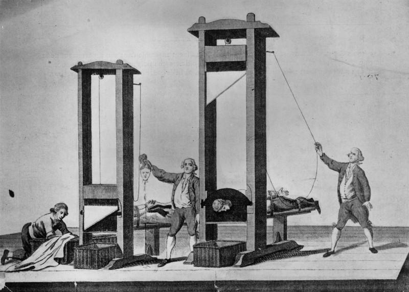 De-a lungul istoriei,   pedeapsa cu moartea a fost aplicată prin diverse metode: arderea pe rug – de exemplu,   în cazul celor condamnaţi de Inchiziţie în Evul Mediu,   decapitare,   ghilotina – rămasă simbol al Revoluţiei Franceze,   dar nu numai,   scaunul electric – pedeapsă întâlnită în SUA de azi,   tragerea pe roată şi tragerea în ţeapă – pedepse folosite în Ţările Române,   în Evul Mediu,   dar şi în alte părţi.