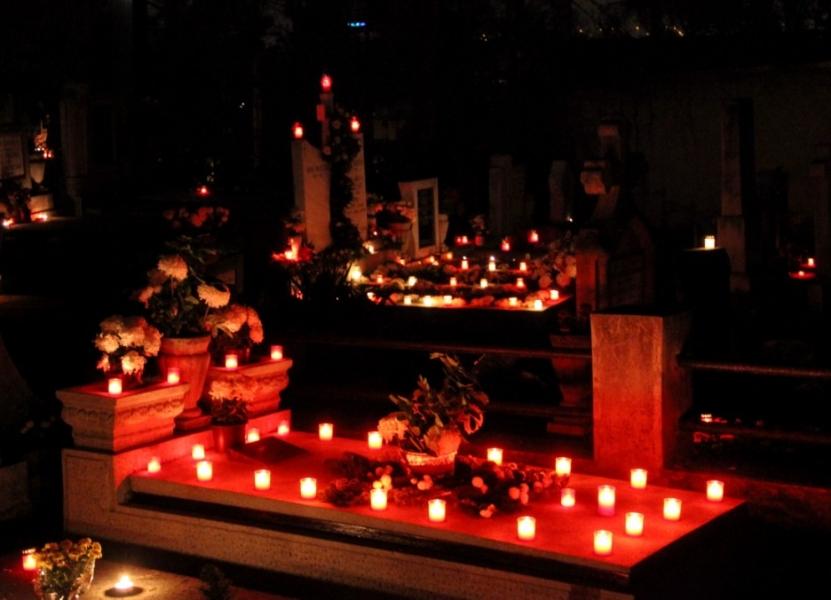 Ziua tuturor sfinţilor şi Ziua morţilor sunt două sărbători menite să înlocuiască ritualurile celtice. Biserica a decretat ziua de 1 noiembrie ca sărbătoare religioasă închinată sufletelor martirilor credinţei, încercând să înlocuiască serbările păgâne şi să-i creştineze pe bretoni, irlandezi, englezi şi alte popoare de origine celtă. Aceştia nu au renunţat, însă, la obiceiurile lor; în cele din urmă, sărbătoarea a îmbinat atât elemente din vechile ritualuri, cât şi elemente creştine. Astfel noi avem Luminaţia, iar americanii, Halloween-ul.