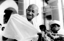 """Mahatma Gandhi s-a născut pe 2 octombrie 1869 în Porbandar şi a murit la data de 30 ianuarie 1948 în New Delhi. Numele său adevărat este Mohandas Karamchand Gandhi şi el a fost părintele independenţei Indiei şi iniţiatorul mişcărilor de revoltă neviolente. Numele de """"Mahatma"""" înseamnă în sanscrită """"marele suflet"""" şi i-a fost dat de poetul indian Rabindranath Tagore."""