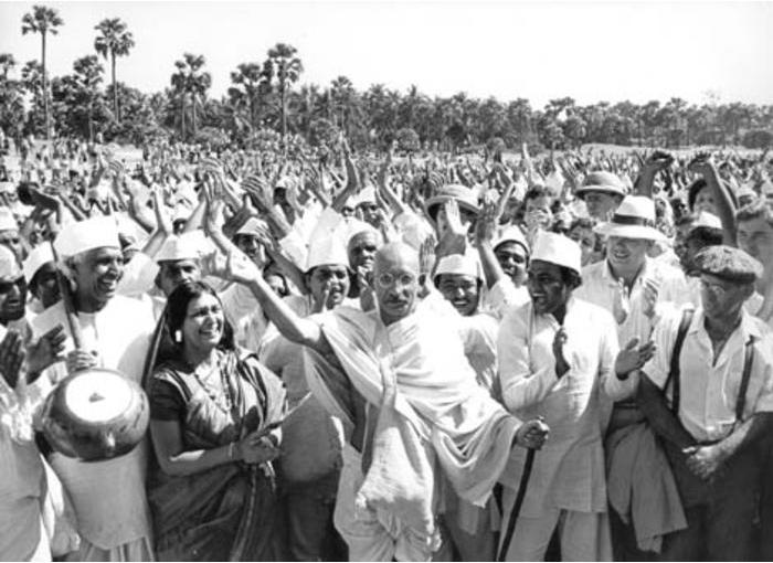 """Mahatma Gandhi este onorat oficial în India drept Părintele Naţiunii; ziua sa de naştere,   2 octombrie,   este sărbătoare naţională în India,   Gandhi Jayanti. Pe 15 iunie 2007,   Adunarea Generală a Naţiunilor Unite a adoptat în unanimitate rezoluţia ce declară 2 octombrie drept """"Ziua Internaţională a Non-Violenţei""""."""