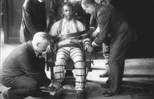 """Scaunul electric a fost folosit prima dată în închisoarea Auburn din New York în 1890. S-a vrut a fi un mod mai """"curat"""" de execuţie, însă au fost destule cazuri când şi acesta a dat greş."""
