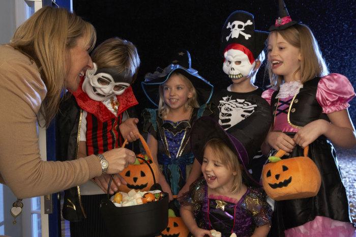 Irlandezii plecaţi să caute un trai mai bun s-au îndreptat către America, în 1848, ducând cu ei şi obiceiurile poporului din care proveneau. Simbolurile şi tradiţiile vechii sărbători Samhain au crescut şi s-au dezvoltat pe tărâm american, formând una dintre cele mai cunoscute şi aşteptate sărbători din an: Halloween.