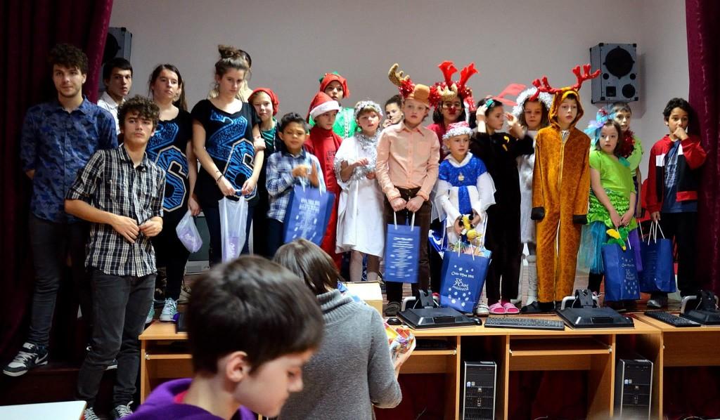 Copiii vor susține un spectacol,   iar Ciclomoşii le vor oferi cadouri.