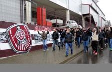 Cteva sute de suporteri au CFR-ului s-au adunat la stadionul Dr Constantin Rădulescu pentru a-și arătat susținerea față de jucători și antrenori / Foto: Dan Bodea