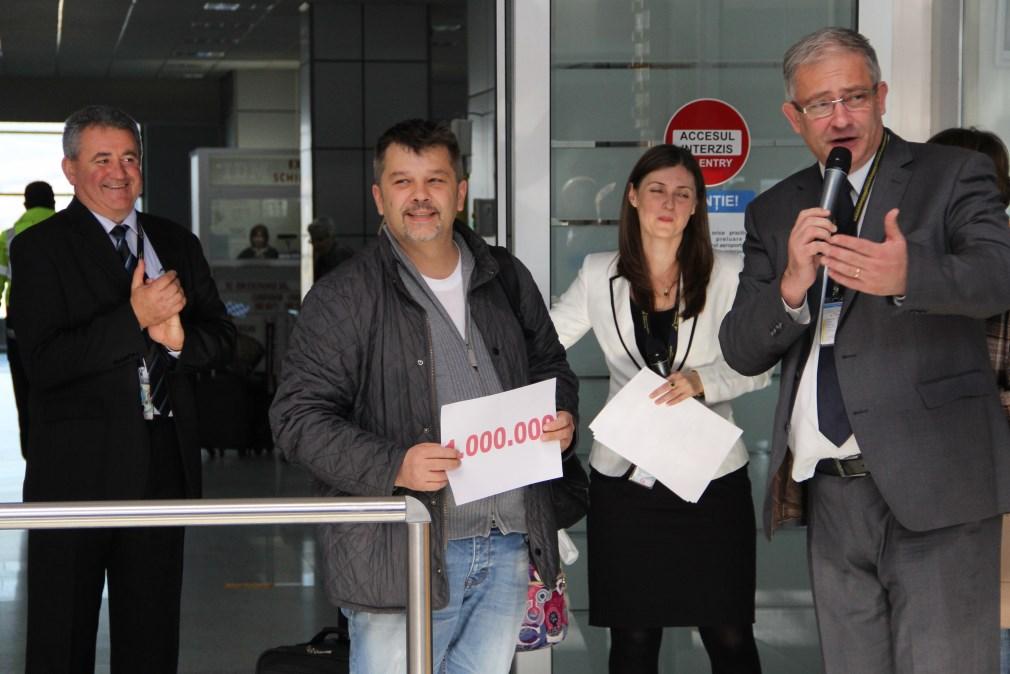 """Un bistrițean,   pasagerului cu numărul 1 milion în 2014 al Aeroportului Internaţional """"Avram Iancu"""" Cluj  / Foto: Dan Bodea"""