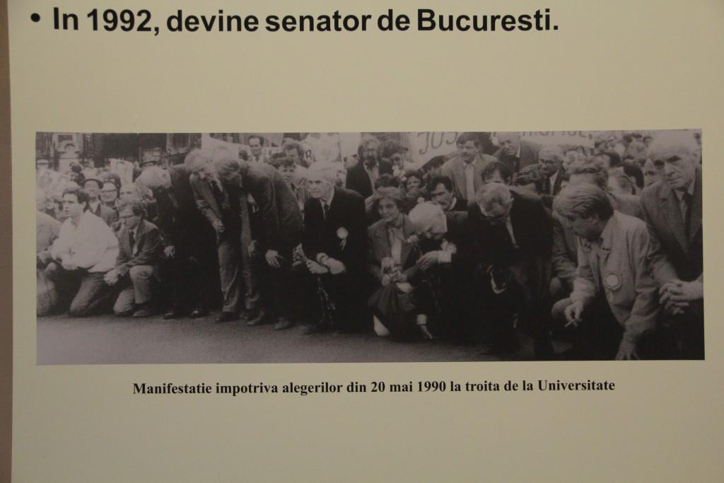 Manifestație împotriva alegerilor din 20 mai 1990 la troița de la Universitate / Foto: Dan Bodea