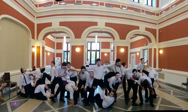 Studenţii anului I şi II ai Facultăţii de Teatru şi Televiziune,   în timpul unui performance înaintea conferinţei de presă/Foto: Cristina Beligăr