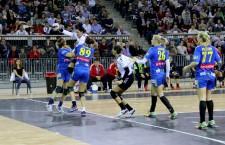 """Primul eveniment sportiv găzduit de Sala Polivalentă nu a coincis cu o victorie a handbalistelor de la """"U"""" Alexandrion,   învinse de Corona Braşov,   cu 35-24 / Foto: Dan Bodea"""