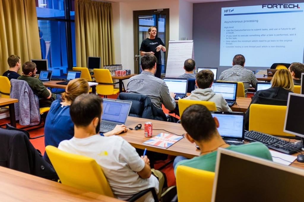 Angajații Fortech Cluj iau parte la un eveniment în cadrul firmei.
