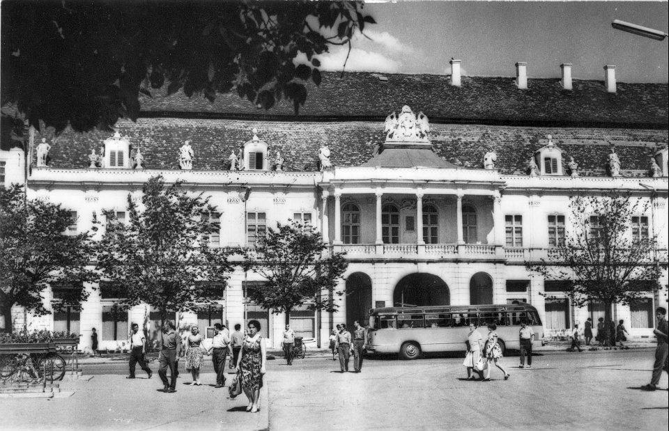 Autobuz în fața Palatului Banffy,   1949
