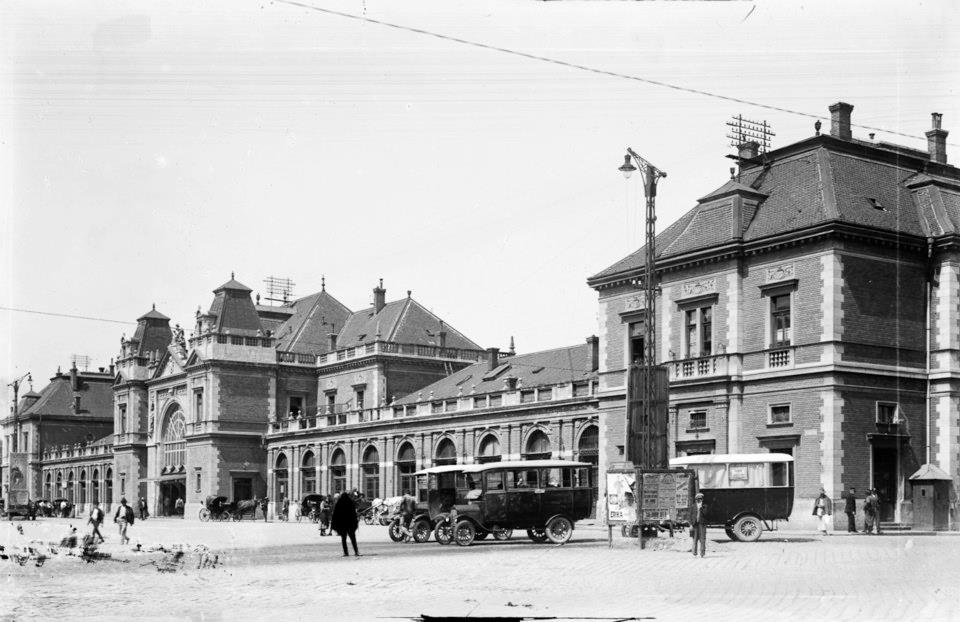 Autobuze Saurer în fața Gării 1920