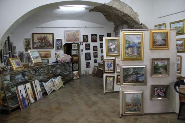 Preţurile pentru picturile în acuarelă şi în ulei ale artistei Aurelia Chişu variază între 180-200 de şi 1300-2500 de lei/Foto: Dan Bodea