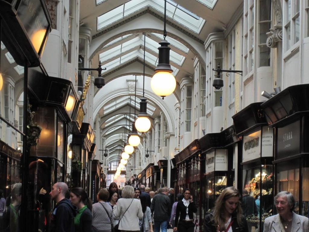 Burlington Arcade,   din Londra,   a fost dat în funcțiune în 1819 și a fost primul pasaj comercial modern din lume.