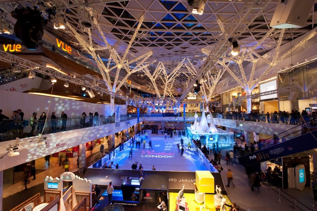 Patinoarul amenajat în Westfield London Shopping Center este foarte popular în rândul londonezilor,   care se bucură de el,   fără să aibă grja vremii capricioase.