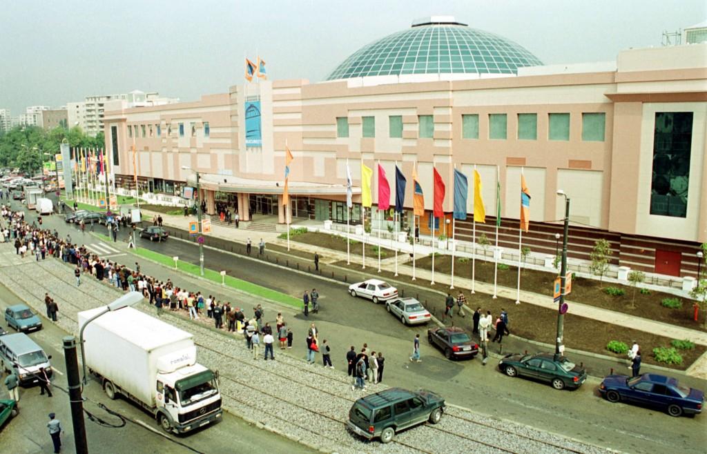 1999: se deschide și în România primul mall,   la București.