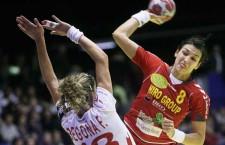 Cristina Neagu (foto,   în roşu= a marcat de 7 ori în poarta Norvegiei,   în meciul de debut al României la Campionatul European din Ungaria şi Croaţia