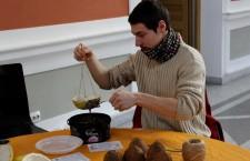 Organizatorii Atelierului de hrănitori pentru păsări i-au învăţat pe clujenii participanţi la eveniment să cofecţioneze aceste accesorii vitale pentru multe specii pe perioada iernii / Foto: Dan Bodea