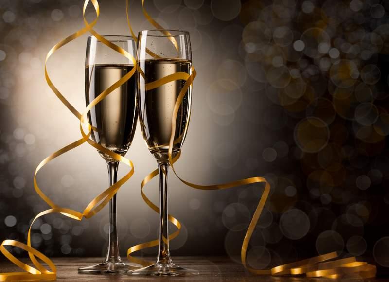 Şampania este cea mai populară băutură de Revelion – şi trebuie neapărat însoţită de un toast.