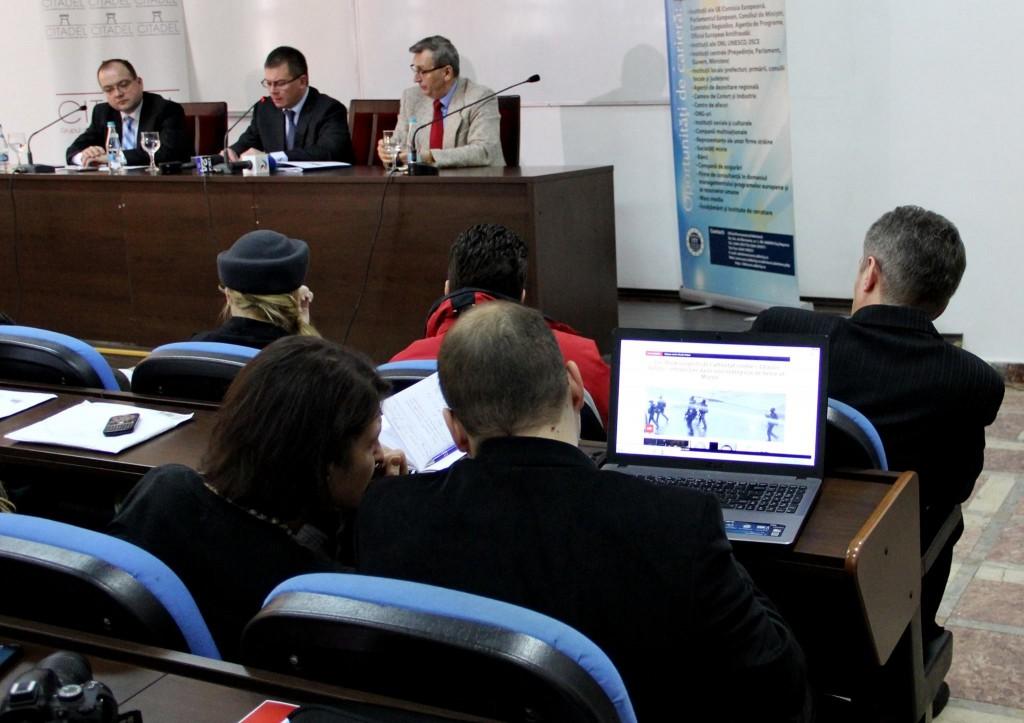 În timpul dezbaterii de la Cluj,   cei prezenți urmăreau evoluția evenimentelor din Paris / Foto: Dan Bodea