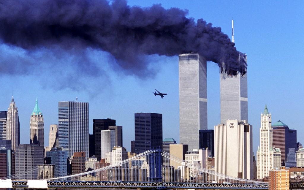 Atentatele de la 11 septembrie 2001,   care au şocat întreaga lume şi au schimbat dinamica politicilor internaţionale în materie de securitate,   au ucis aproape 3000 de oameni şi au rănit alţi 9.000. Terorişti sinucigaşi din organizaţia Al-Qaeda au deturnat patru avioane de pasageri; au prăbuşit două dintre ele în Turnurile World Trade Center din New York,   unul peste clădirea Pentagonului,   iar al patrulea pe un câmp din Pensylvania.