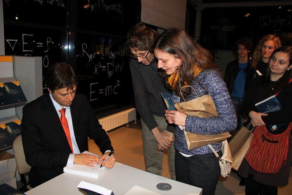 După prezentarea cărții a urmat o sesiune de autografe/Foto: Dan Bodea