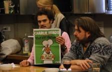 Benoit Bavouset ținând în mână numărul din Charlie Hebdo apărut la o săptămână duă atacul terorist/Foto: Dan Bodea