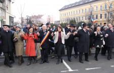 Hai să dăm mână cu mână! Aurelia Cristea şi Emil Boc au dansat Hora Unirii de Ziua Unirii Principatelor