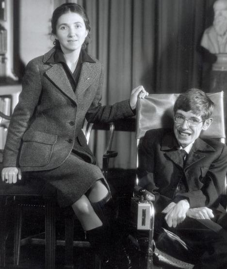 Stephen Hawking s-a îndrăgostit de Jane Wilde,   o prietenă a surorii sale,   cu puţin înainte de a fi diagnosticat cu scleroză laterală amiotrofică. Cei doi s-au logodit în 1964,   iar în anul următor s-au căsătorit. Au împreună trei copii: Robert,   Lucy şi Timothy. Fotografia datează din anul 1974.