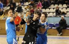 """Florina Chintoan (foto, în negru) și colegele ei de la """"U"""" Alexandrion au pierdut primul meci test al noului an, scor 20-25, cu HC Zalău / Foto: Dan Bodea"""
