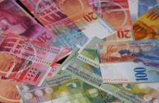 O bancă a stabilit rate reduse la creditele contractate în franci elveţieni
