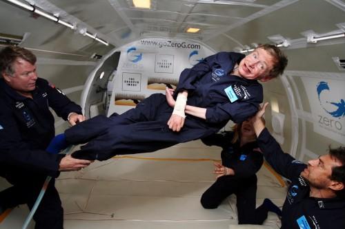 Stephen Hawking a devenit o voce puternică pentru persoanele cu dizabilităţi. În acest sens a experimentat imponderabilitatea,   în 2007,   într-un aparat special,   pentru a dovedi că poate face multe lucruri,   chiar dacă este imobilizat într-un scaun cu rotile.