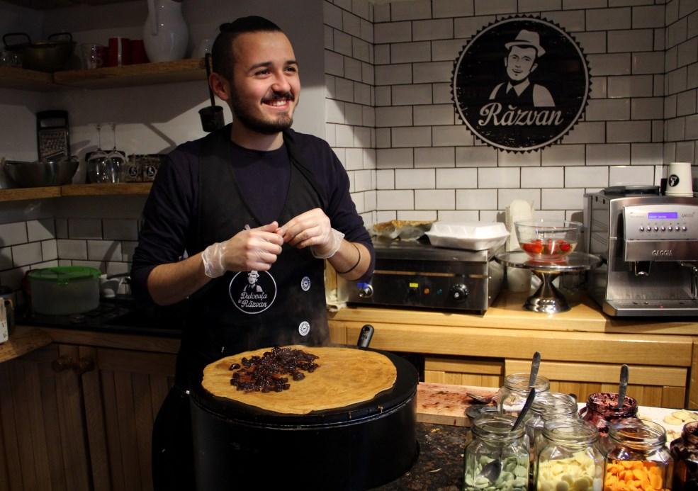 Tudor Marcu,   finalistul ediției a patra a show-ului Master Chef,   pregătește Clătita lui Tudor / Foto: Dan Bodea