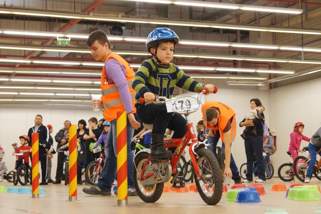 Micii bicicliști învață regulile de circulație într-o manieră inedită.