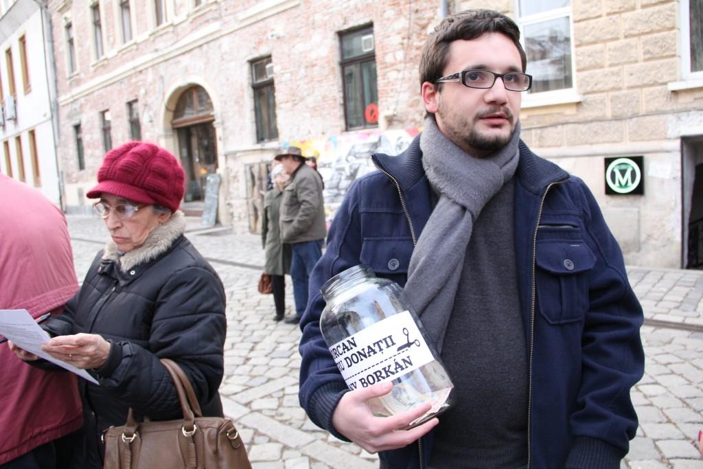 Ernő Fancsali,   reprezentantul grupului Musai-Muszáj strânge donații pentru multiplicarea cererilor ce vor fi adresate Primăriei Cluj-Napoca / Foto: Dan Bodea