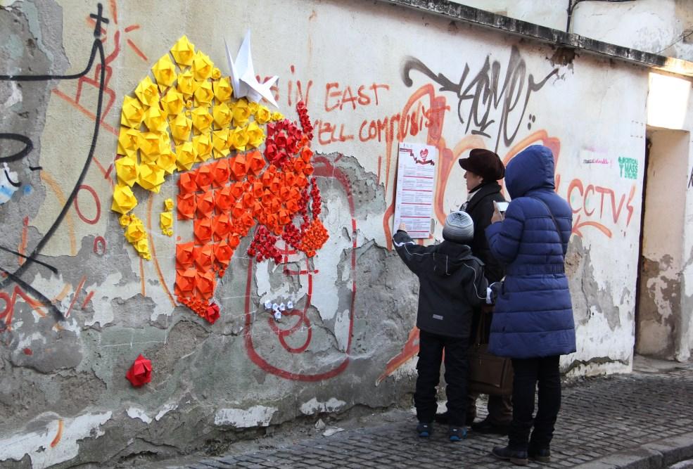 Imaginea ursului și a cocorului pe zidul din Piața Muzeului,   în data de 15 februarie/Foto: Dan Bodea