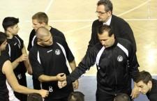 Carmin Popa (foto,   primul din dreapta) a plecat de la Universitatea Cluj,   în locul său fiind numit Flavius Lăpuşte,   dar la meciul cu BC Mureş Târgu Mureş încă nu se ştie cine va sta pe bancă / Foto: Dan Bodea