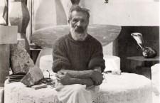 Figură centrală în mişcarea artistică modernă,   Constantin Brâncuşi este considerat unul din cei mai mari sculptori ai secolului al XX-lea. Sculpturile sale se remarcă prin eleganţa formei şi utilizarea sensibilă a materialelor,   combinând simplitatea artei populare româneşti cu rafinamentul avantgardei pariziene. Opera sa a influenţat profund conceptul modern de formă în sculptură,   pictură şi desen.
