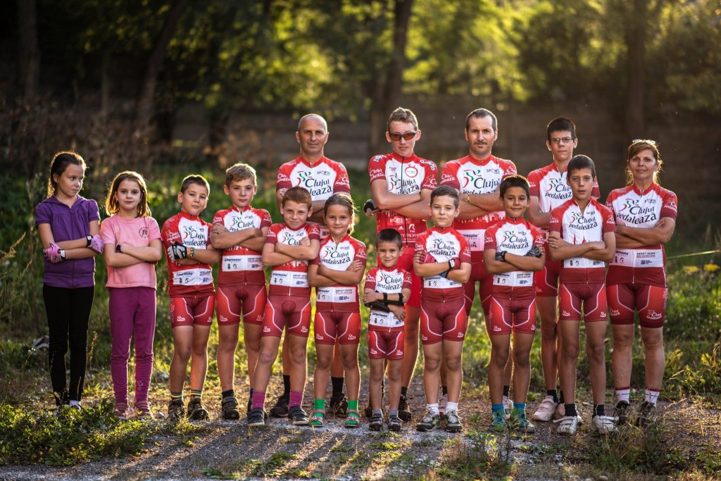Elevii Școlii de Ciclism,   împreună cu Levi și Aadela