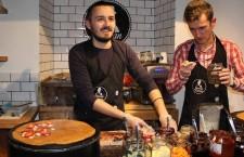 Tudor Marcu și Răzvan Rusu au pregătit clătite cot la cot, toată ziua. / Foto: Dan Bodea