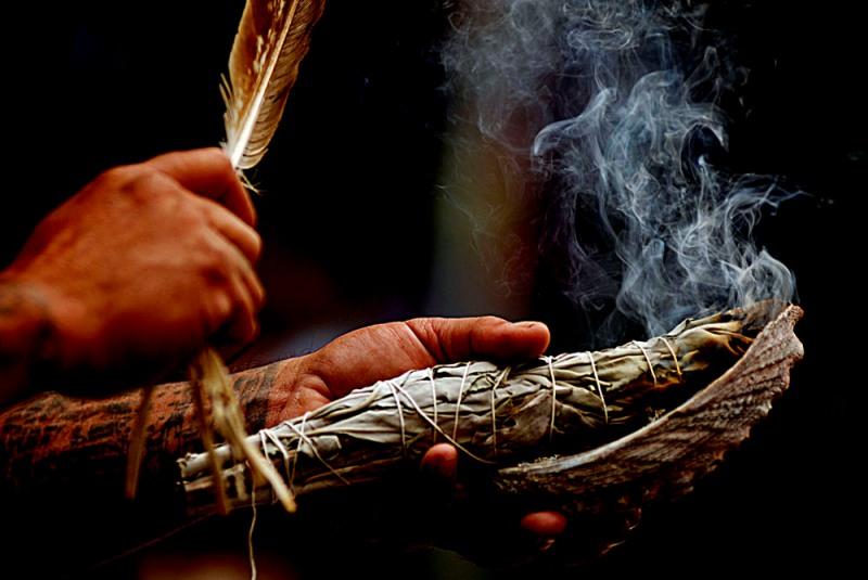 Tutunul era fumat în ceremoniile religioase din America de Sud,   fiind un privilegiu al şamanilor,   preoţilor şi vindecătorilor.